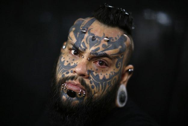 Эмилио Гонзалез, проверяющий все новые способы татуировки и боди-модификации на себе